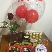 Canasta de regalo con globo personalizado Fanny Ferreira Catering